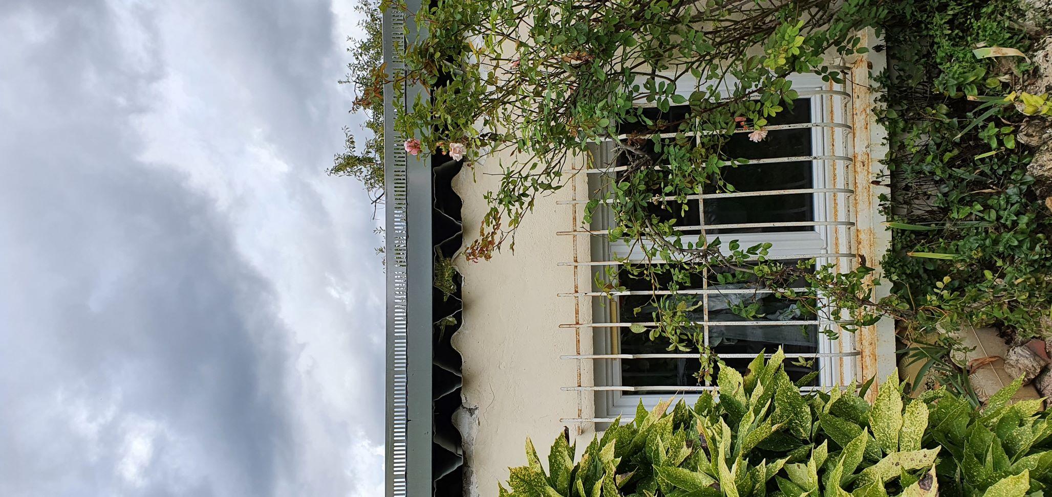 Trou isolation sur le côté toiture bac acier