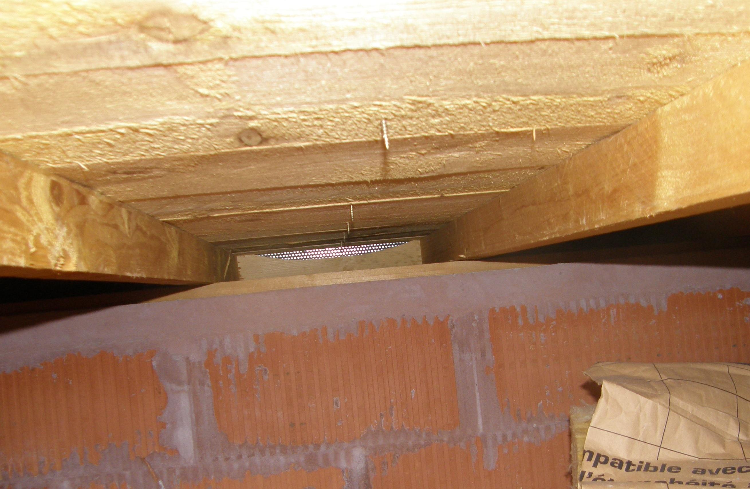Fissure et fuite dans une toiture zinc neuve