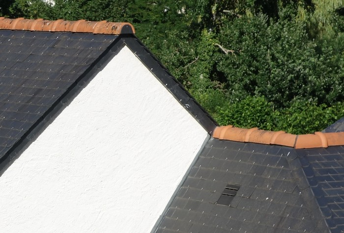 Faîtage en tuile terre cuite sur toiture ardoise ?